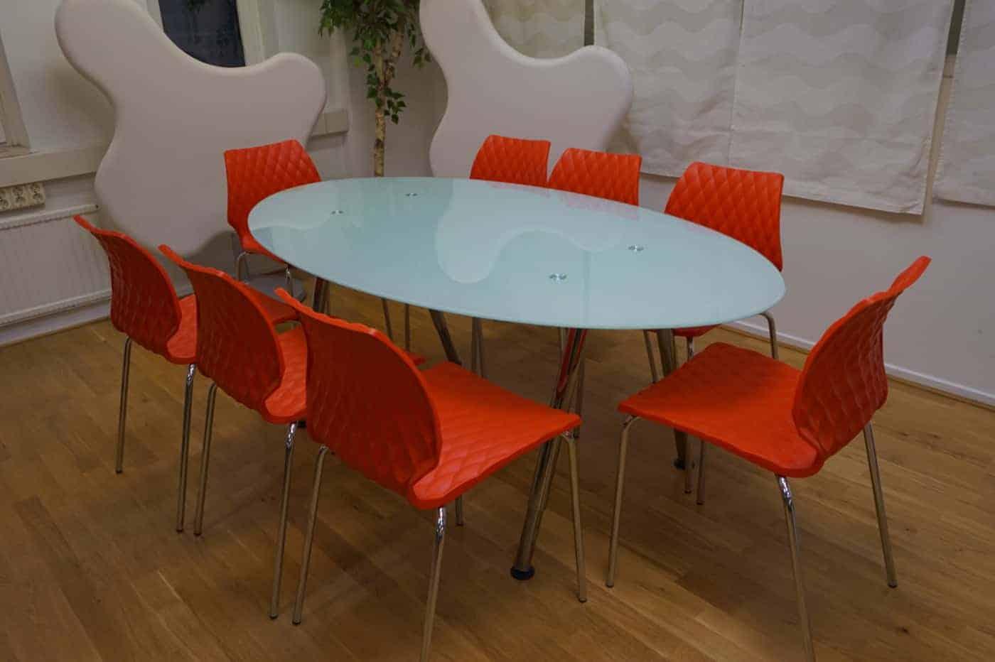 Glasbord med stolar