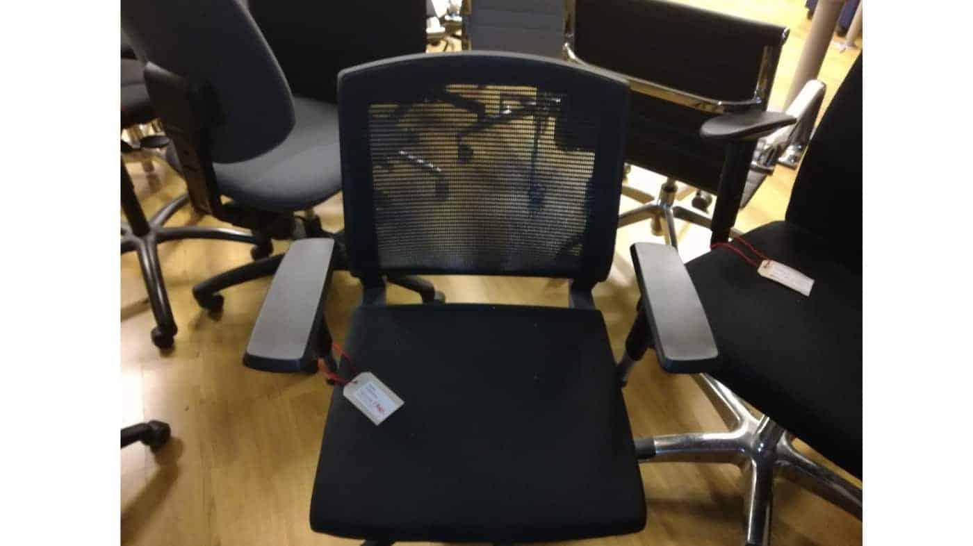 Begagnad kontorsstol svart med nätrygg och armstöd #1040