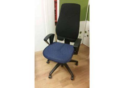 Begagnad kontorsstol svartrygg och blå sits #1088