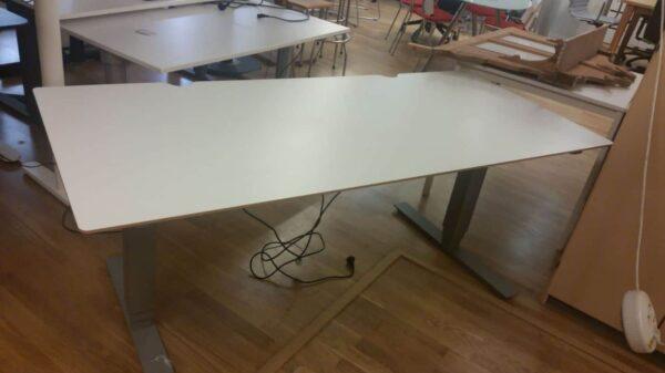 Höj och sänkbart skrivbord med vit skiva #4023 - Stockholms Kontorsmöbler